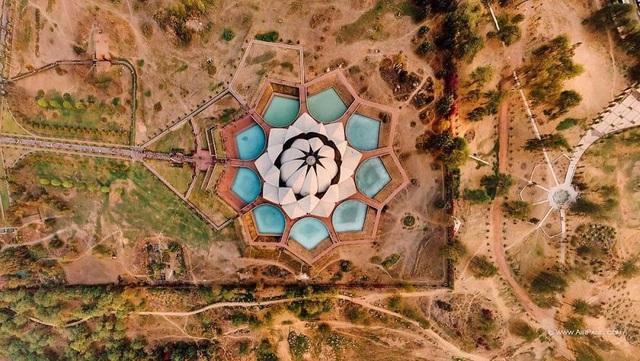 New Delhi là thủ đô của Ấn Độ và là một trong 11 quận của Delhi.