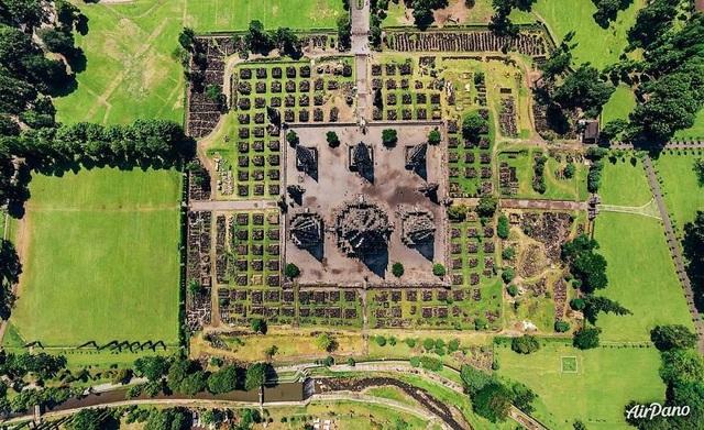 Prambanan là một quần thể đền thờ Hindu ở Trung Java, cách thành phố Yogyakarta khoảng 18 km về hướng đông, đã được UNESCO công nhận là di sản văn hóa thế giới.