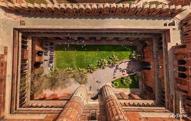 Pháo đài Agra tọa lạc tại Agra, Ấn Độ. Pháo đài này còn được gọi là Lal Qila, Fort Rouge và Pháo đài đỏ của Agra. Pháo đài này cách Taj Mahal 2,5 km về phía tây bắc.