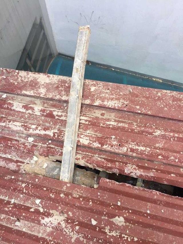 Phần mái nhà ông Trung bị hư hỏng.