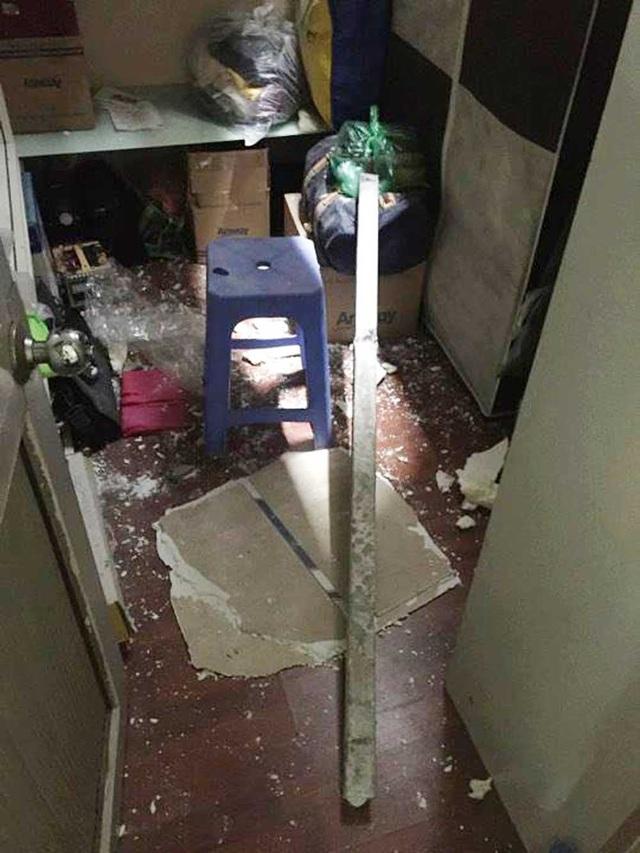Một thanh sắt xuyên thủng mái rơi vào trong phòng.