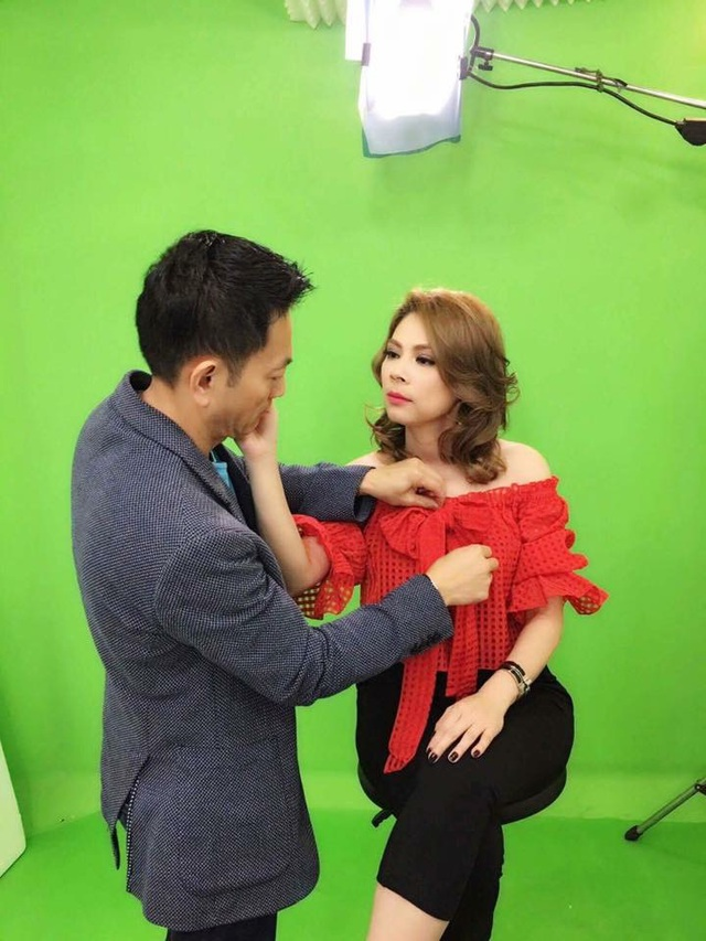 Ca sĩ Thanh Thảo bất ngờ lộ diện người đàn ông của mình cùng hình ảnh được người ấy chăm sóc tận tình, chu đáo trong một buổi chụp ảnh.