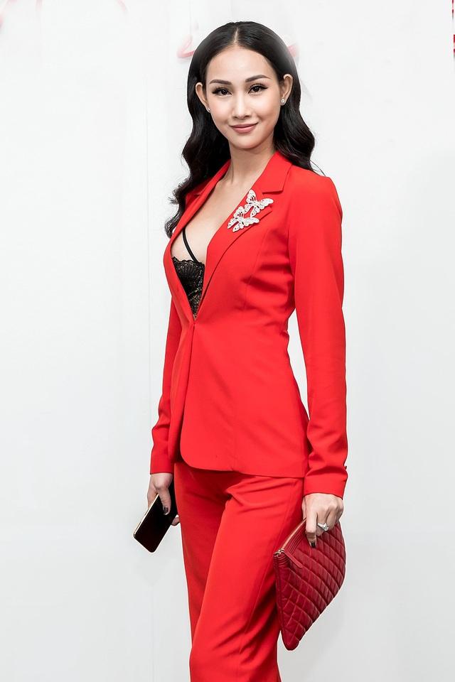 Thanh Trúc diện suit đỏ kết hợp nội y màu đen bên trong gợi cảm.