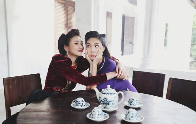 Mẹ chồng Thanh Hằng và con dâu Lan Khuê làm mặt hài hước, ôm nhau thân thiết ở hậu trường trong bộ phim Mẹ chồng