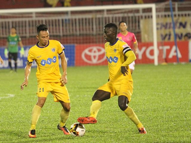 Thanh Hoá giành chiến thắng đầy tranh cãi trước Long An ở vòng 23 (ảnh: T.V)