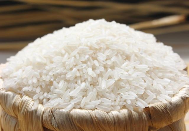 Bạn nên chọn gạo mẩy đều, màu trắng tự nhiên. (Ảnh minh họa)