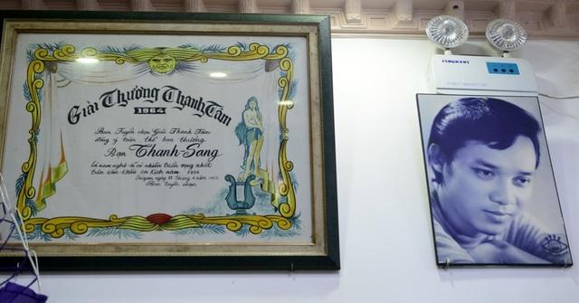 Trong nhà nghệ sĩ treo rất trang trọng giải thưởng Thanh Tâm mà ông nhận được vào năm 1964. Bên cạnh là chân dung thời trẻ của NSƯT Thanh Sang.