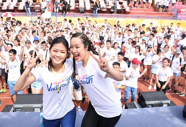 Hoa hậu Ngô Phương Lan (phải) và Á hậu Thanh Tú nhí nhảnh chụp hình cùng hàng ngàn bạn trẻ Hà Nội.