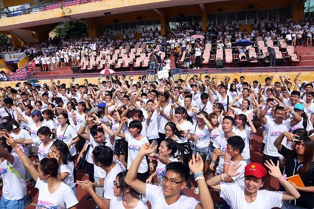 Màn flashmob khởi động của các bạn trẻ tham gia chương trình