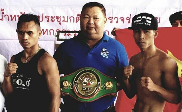 Trần Văn Thảo (phải) gây chấn động châu Á