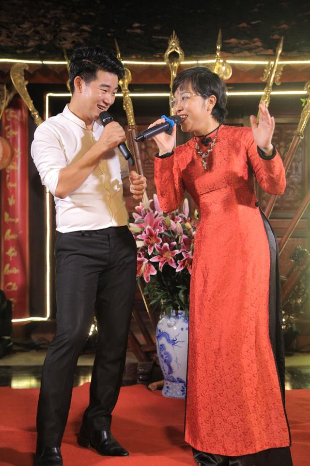 MC Thảo Vân song ca với ca sỹ Việt Tú bài Thuyền và biển.