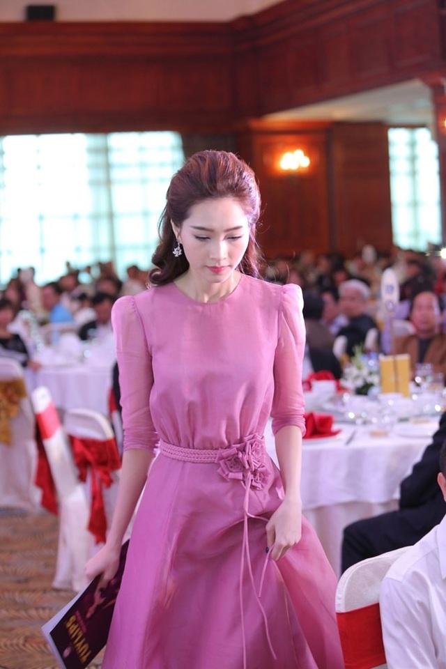 Hoa hậu Đặng Thu Thảo thu hút ánh nhìn với vẻ đẹp kiêu sa - 1