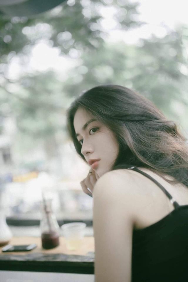 Rất nhiều nhiếp ảnh đã bày tỏ ý muốn được làm quen với nữ sinh Nguyễn Vi để được chụp cô. Dẫu vậy, Vi thường giữ im lặng vì ngại ngần người lạ.