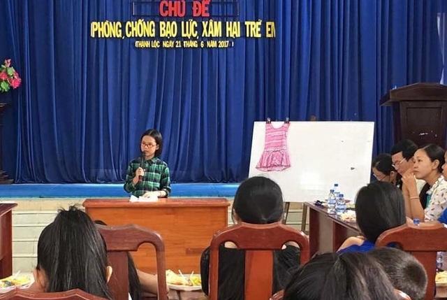 Thảo Nhi làm báo cáo viên về chủ đề này với các cán bộ, quản lý ở quận 12, TPHCM trong diễn đàn Bảo vệ trẻ em.
