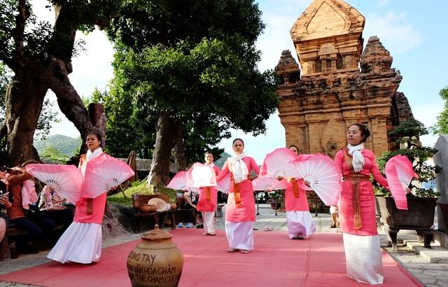 Trình diễn múa Chăm ở Tháp Bà Ponagar