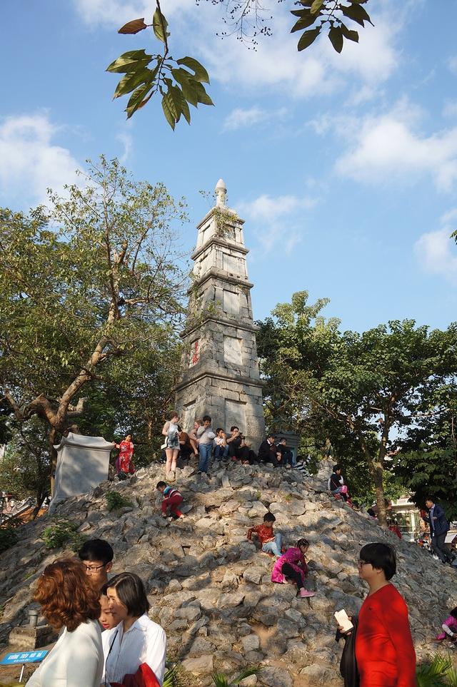 Mướt mồ hôi chen chân lễ đền Ngọc Sơn đầu năm mới - Ảnh 10.