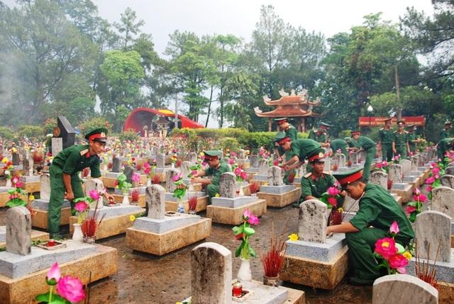Tuổi trẻ Quảng Trị vệ sinh phần mộ các liệt sĩ