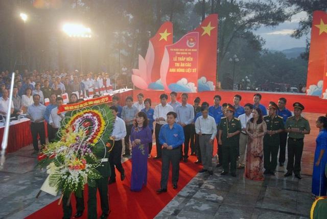 Đại diện các Bộ, ngành Trung ương dâng hoa tại Nghĩa trang Quốc gia Trường Sơn