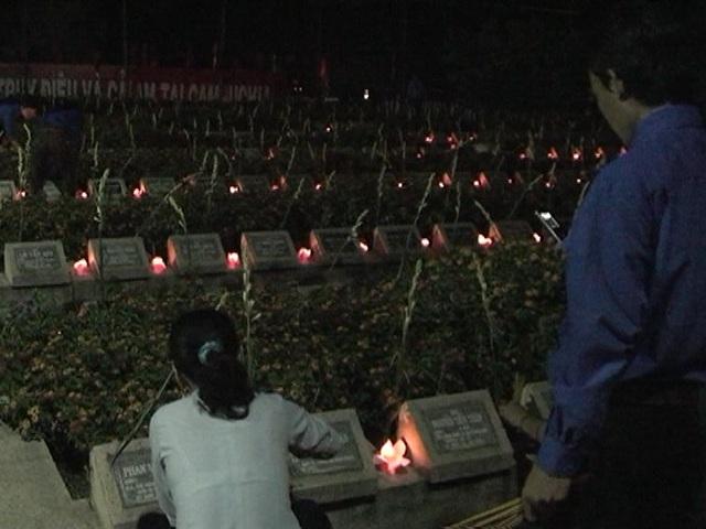 Tỉnh đoàn Đồng Tháp thắp nến tri ân các anh hùng liệt sĩ tại nghĩa trang huyện Tam Nông tối 27/7.