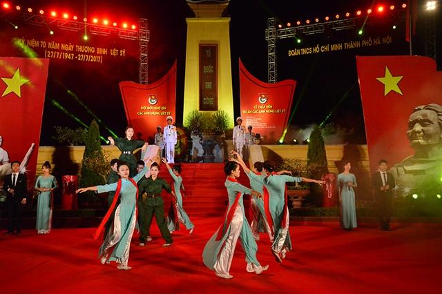 Lễ kỷ niệm 70 năm Ngày thương binh liệt sĩ tại nghĩa trang Mai Dịch, Hà Nội.