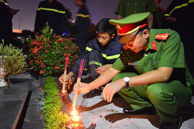 Tuổi trẻ lực lượng an ninh cũng góp những nén hương nhớ tới công ơn của các vị anh hùng.