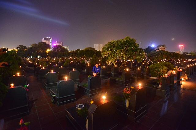 Những ngọn nến sáng mãi trong đêm tưởng niệm các anh hùng liệt sĩ tại nghĩa trang Mai Dịch.