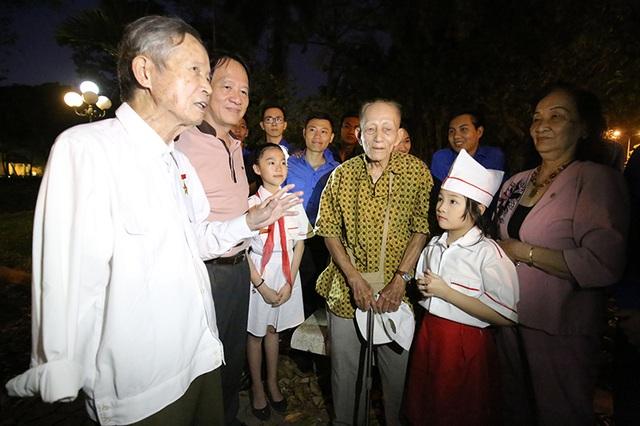 Các bạn trẻ và các em thiếu nhi Hà Nội vinh dự được gặp gỡ, giao lưu và lắng nghe những câu chuyện lịch sử hào hùng từ bác La Văn Cầu - Đại tá, Anh hùng lực lượng vũ trang nhân dân.
