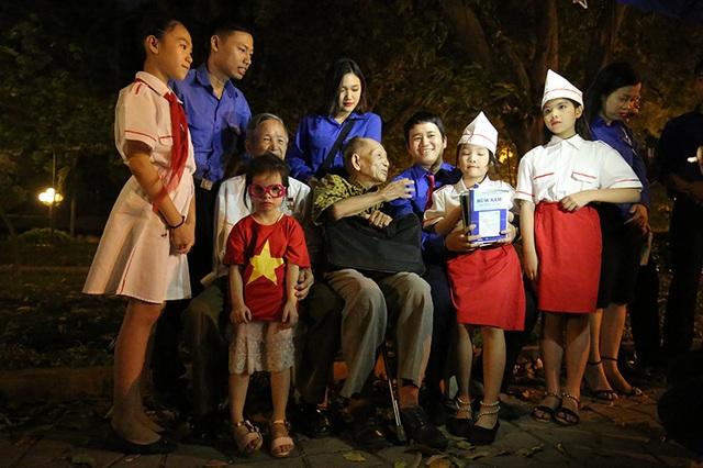 Bác Đặng Văn Việt chia sẻ với các bạn trẻ Hà Nội những kỉ niệm thời chiến đấu của mình