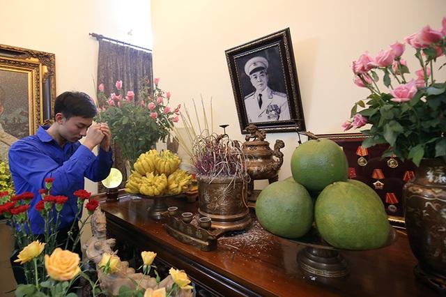 Các Đoàn viên, thanh niên thắp hương tưởng nhớ Đại tướng Võ Nguyên Giáp trước bàn thờ của Người