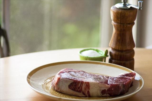 Để thực phẩm tự rã đông ở nhiệt độ phòng là cách sai lầm vì dễ khiến vi khuẩn sinh sôi, nảy nở. Ảnh minh họa