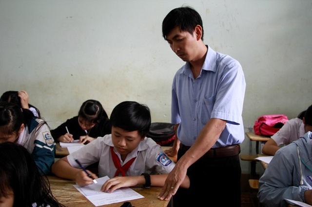 Thầy tận tình hướng dẫn cho các học sinh của mình