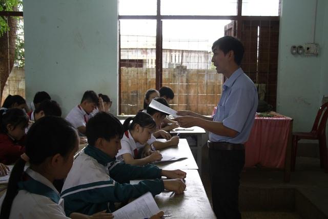 Thầy giáo Nguyễn Ngọc Đức bên học sinh của mình.