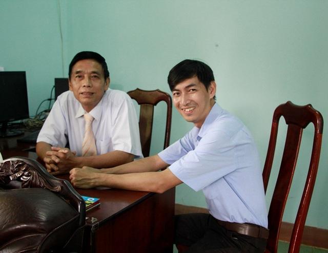Thầy Hoàng Gia Thiện (bên trái) - Hiệu trưởng trường THCS Lương Thế Vinh đáng giá cao sự cống hiến của thầy Đức.
