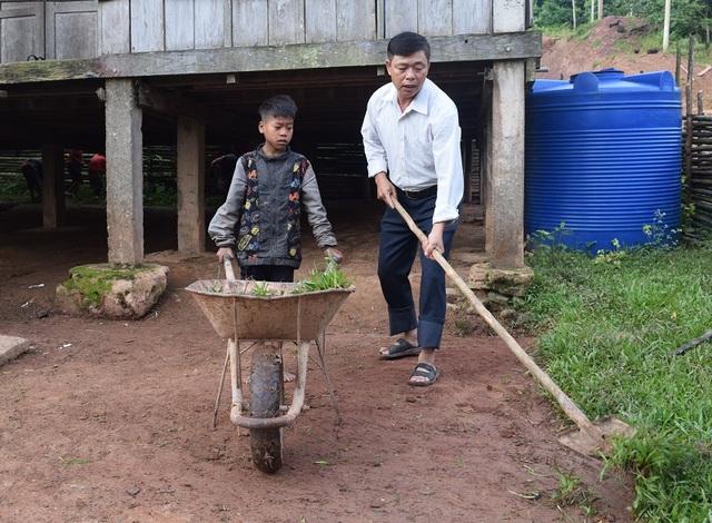 Thầy Hà cùng học sinh điểm trường bản Troi lao động đầu năm học