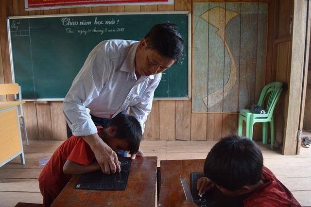 Thầy giáo Nguyễn Sỹ Hà và các em học sinh dân tộc