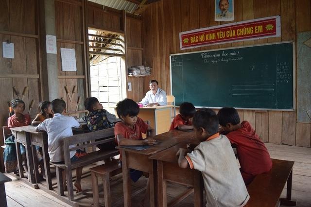 Buổi học đầu năm học mới của thầy trò điểm trường bản Troi, xã Thượng Trạch, huyện Bố Trạch, tỉnh Quảng Bình.