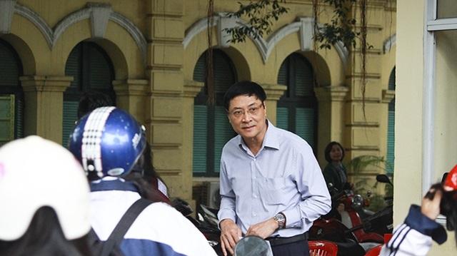 Thầy hiệu trưởng Nguyễn Quốc Bình đón chào học sinh trường THPT Việt Đức. (Ảnh: Phạm Ngoan)