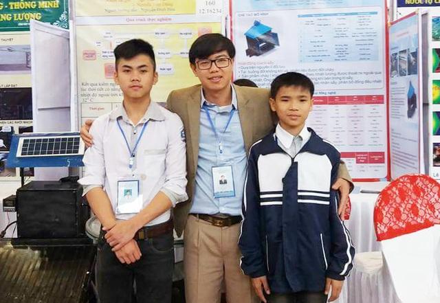 Thầy Hòa cùng 2 học trò của mình tại cuộc thi sáng tạo KH-KT tỉnh Nghệ An