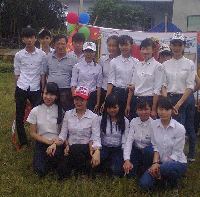 Thầy Lê Xuân Chiến - tác giả bài viết và học sinh trong một buổi cắm trại.