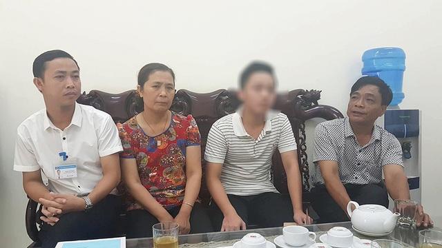 Ông Nguyễn Đăng Huấn (ngoài cùng bên phải) cùng cán bộ xã Duyên Hà xin lỗi em Ngô V.A (thứ 2 từ phải sang)