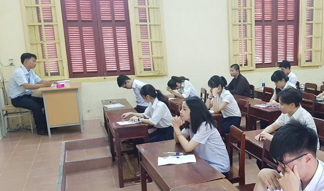 Các tiểu ni, tiểu tăng trong phòng thi ở điểm thi THPT Hai Bà Trưng, TP Huế