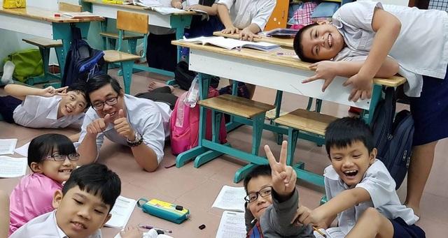 Ông giáo U40 vui vẻ bên học trò trong những giờ giải lao.