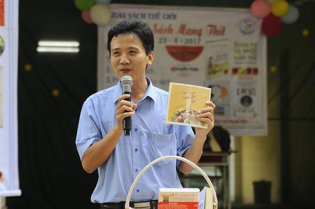 Thấy Huỳnh Văn Thế giới thiệu về sách với học trò