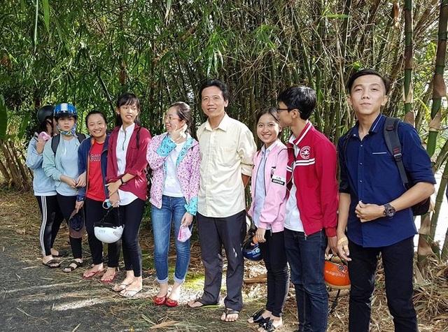 Thầy Huỳnh Văn Thế (đứng giữ) giáo viên Trường THPT Mang Thít, Vĩnh Long không mệt mỏi trong việc đưa sách đến với học trò