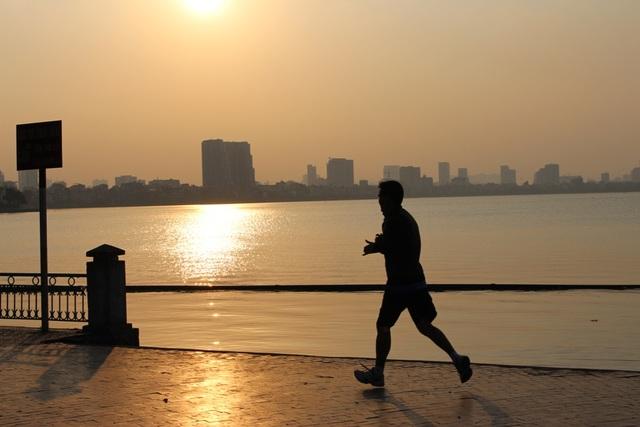 Trái ngược với sự tấp nập, ngột ngạt trên các con phố Hà Nội vào giờ tan tầm, không khí trong lành, thoải mái của Hồ Tây khiến nhiều người lựa chọn nơi đây làm địa điểm tập thể dục. Các hoạt động diễn ra khá đa dạng, từ chạy bộ, đạp xe đến tập dưỡng sinh và học võ.