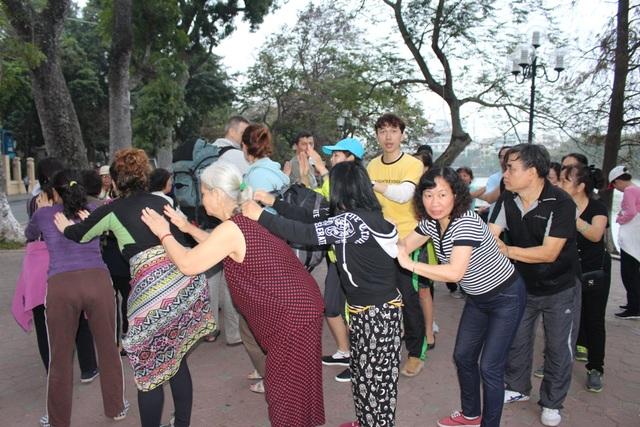 Dù đang là sáng sớm, nhưng không khí vui tươi, náo nhiệt của lớp tập Yoga cười vẫn thu hút rất nhiều người dân và du khách quốc tế.