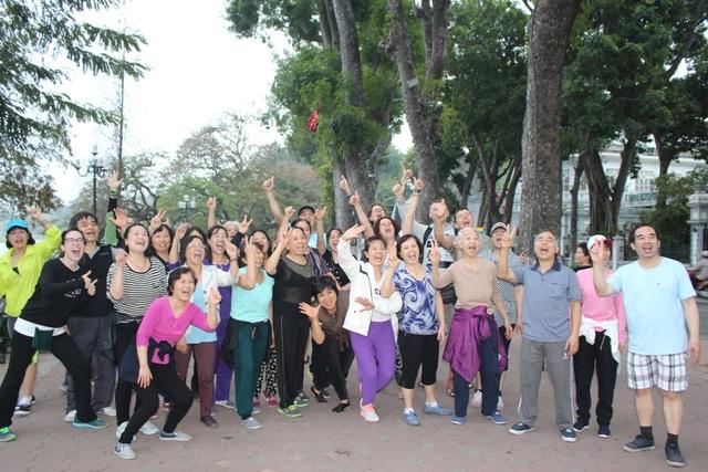 Cả lớp yoga cười chụp ảnh lưu niệm với du khách nước ngoài sau khi kết thúc buổi tập. Cô Kim Liên, một thành viên của lớp cho biết: Nhà cô ở Tôn Đức Thắng, nhưng ngày nào cũng bắt xe bus đến Hồ Gươm để kịp bắt đầu tập yoga lúc 6 giờ. Nhờ có yoga cười giúp cô vừa vui vẻ, hứng khởi cho cả ngày, lại vừa chẳng bao giờ ốm đau.