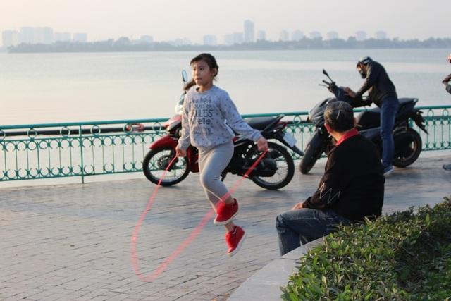 Các bạn nhỏ cũng tranh thủ nhảy dây, đá bóng, thư giãn sau cả ngày học tập căng thẳng.