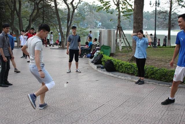 Từ khoảng 4 giờ chiều, ở góc hồ Gươm, đối diện Tràng Tiền Plaza, các bạn trẻ cùng nhau tụ tập và chơi đá cầu. Có khoảng hơn 20 người chia thành các nhóm nhỏ. Những vị khách hiếu kỳ cũng có thể tham gia hoạt đông thú vị này.