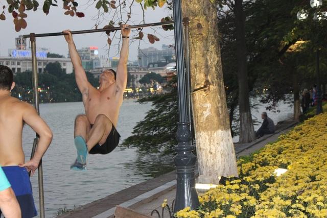 Không chỉ là những người dân Hà Nội mà ngay cả người nước ngoài cũng ra đây tập luyện thường xuyên.